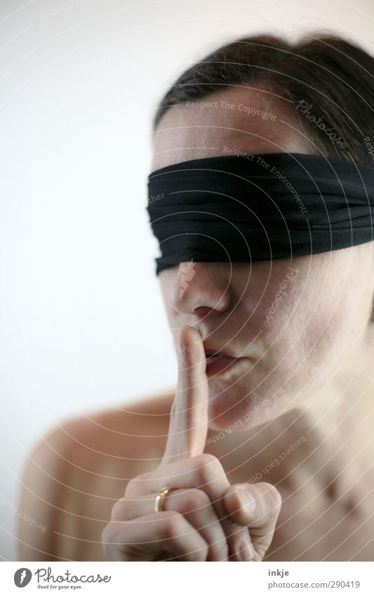 The effective use of silence schön Sinnesorgane ruhig Mensch Frau Erwachsene Leben Gesicht Finger 1 30-45 Jahre Augenbinde schwarzhaarig berühren hören