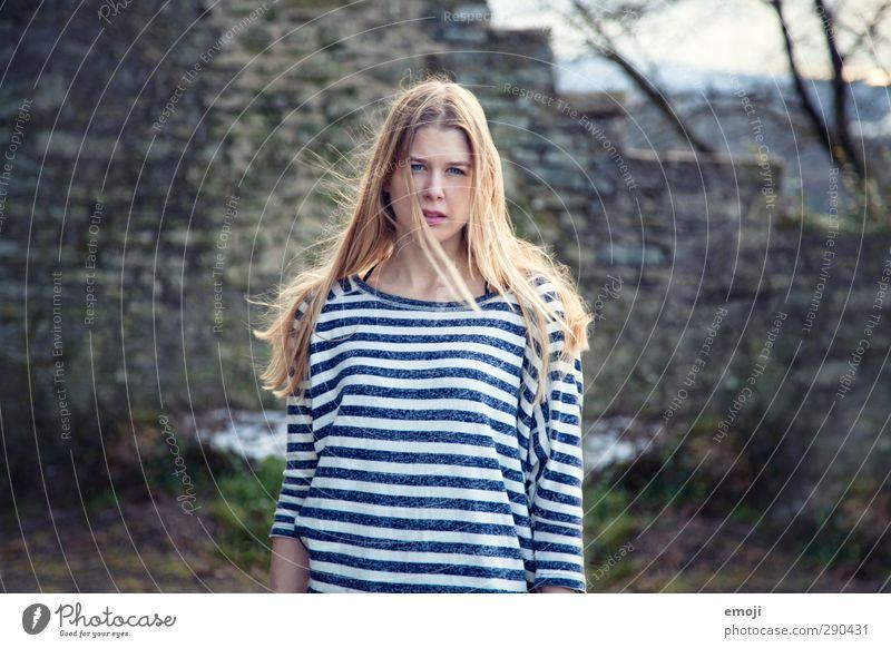 should I? feminin Junge Frau Jugendliche 1 Mensch 18-30 Jahre Erwachsene blond schön Streifenpullover Farbfoto Außenaufnahme Tag Schwache Tiefenschärfe Porträt