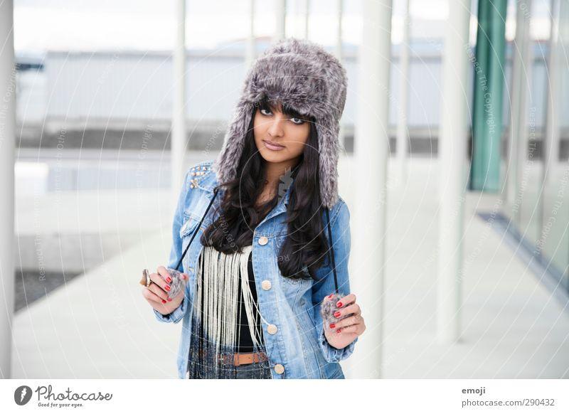 do you? feminin Junge Frau Jugendliche 1 Mensch 18-30 Jahre Erwachsene Mode Mütze trendy schön einzigartig Erotik dunkelhäutig Farbfoto Außenaufnahme Tag
