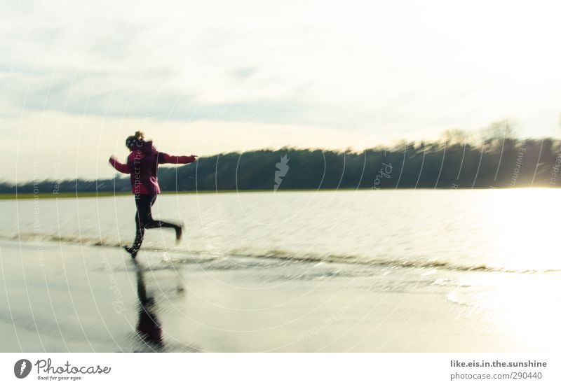 HOCHWASSEEEEEEEER! Leben Wohlgefühl Spielen Sport Joggen feminin Junge Frau Jugendliche Erwachsene 1 Mensch Landschaft Jacke Gefühle Freude Glück Fröhlichkeit