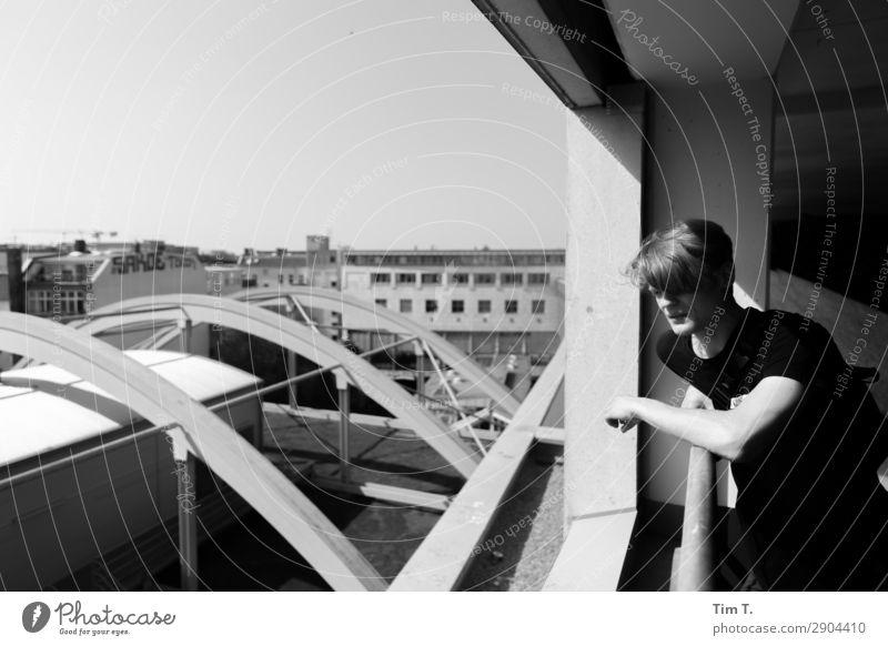 Berlin Mensch maskulin Junger Mann Jugendliche Körper 1 18-30 Jahre Erwachsene Prenzlauer Berg Stadt Hauptstadt Stadtzentrum Altstadt Fußgängerzone Haus