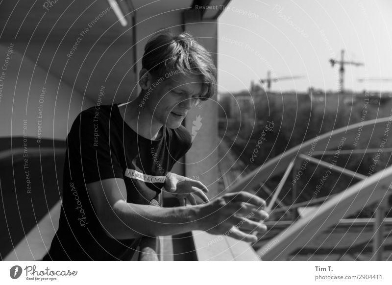 Tim Mensch maskulin Junger Mann Jugendliche Leben 1 18-30 Jahre Erwachsene Kommunizieren Berlin Prenzlauer Berg Schwarzweißfoto Außenaufnahme Tag Oberkörper