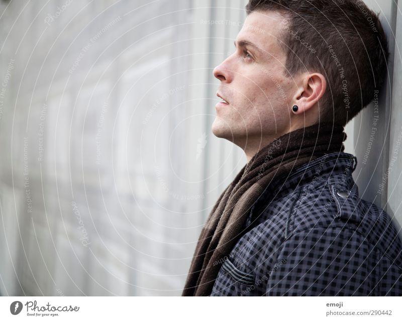 grey maskulin Junger Mann Jugendliche 1 Mensch 18-30 Jahre Erwachsene Schal schön Farbfoto Gedeckte Farben Außenaufnahme Textfreiraum links Tag
