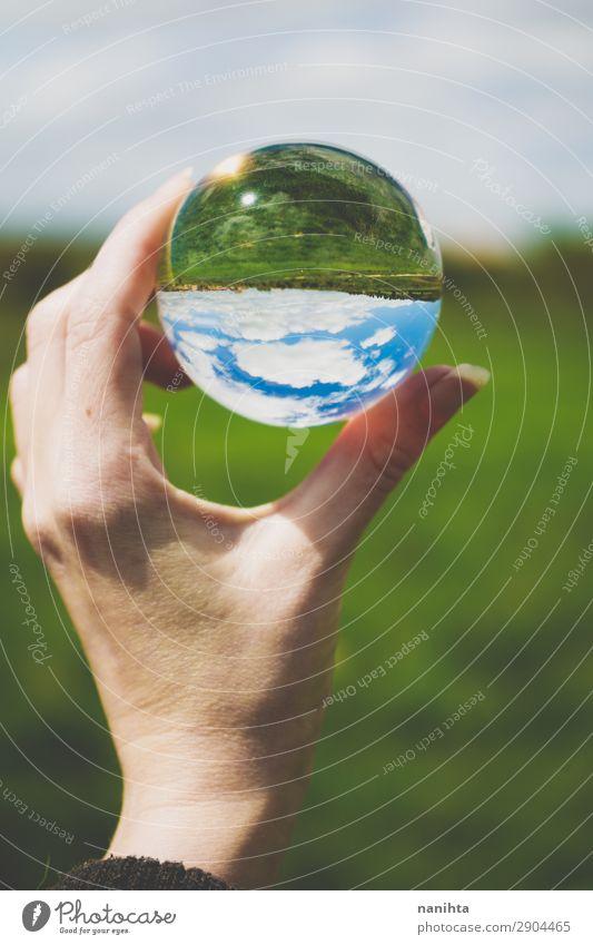 grünes Feld durch eine Kristallkugel betrachtet Design harmonisch Hand Umwelt Natur Landschaft Himmel Frühling Sommer Schönes Wetter Gras einfach frei frisch