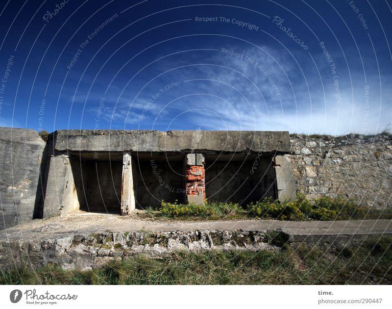 unterbesetzt | und das ist gut so Himmel alt Wolken Wiese Wand Mauer Schönes Wetter kaputt historisch gruselig Wahrzeichen trashig Tunnel Sehenswürdigkeit