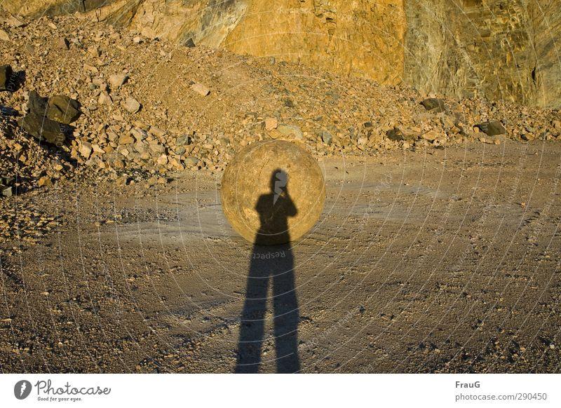 es sieht aus wie... Mensch Frau Sommer Erwachsene feminin Stein Stimmung gold leuchten 45-60 Jahre rund Kugel Schweden Abendsonne Steinbruch