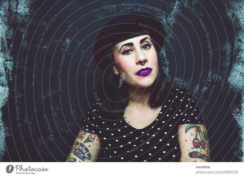 Cooles Plus-Größe Alternativmodell mit Tattoos Lifestyle Stil schön Gesicht Schminke Mensch feminin Junge Frau Jugendliche Erwachsene 1 30-45 Jahre Kultur