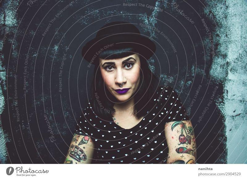 Cooles Plus-Größe Alternativmodell mit Tattoos Lifestyle Stil Gesicht Schminke Mensch feminin Frau Erwachsene Jugendliche 1 30-45 Jahre Kultur Jugendkultur