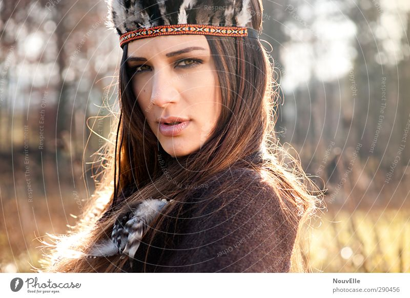Equinox. Mensch feminin Junge Frau Jugendliche Leben 1 18-30 Jahre Erwachsene Mode Umhang Accessoire Kopfbedeckung Feder Haare & Frisuren brünett langhaarig