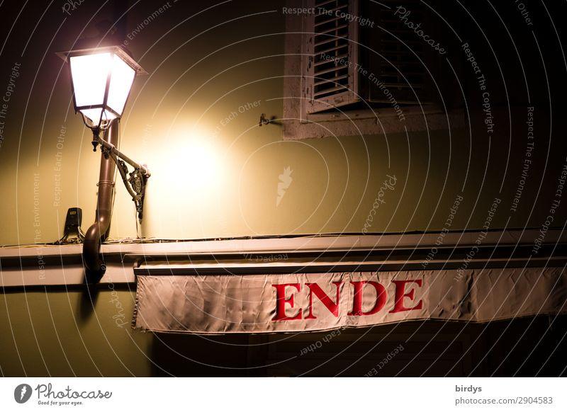 das Licht am Ende .... Haus Fassade Straßenbeleuchtung Schriftzeichen leuchten authentisch einzigartig Stadt gelb rot weiß Vorfreude ruhig Hoffnung Tod