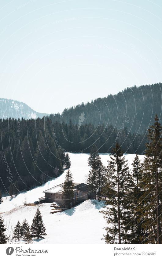 Hütte versteckt im Schnee in den Bergen Ausflug Ferne Freiheit Berge u. Gebirge wandern Natur Landschaft Luft Himmel Wolkenloser Himmel Schönes Wetter Alpen