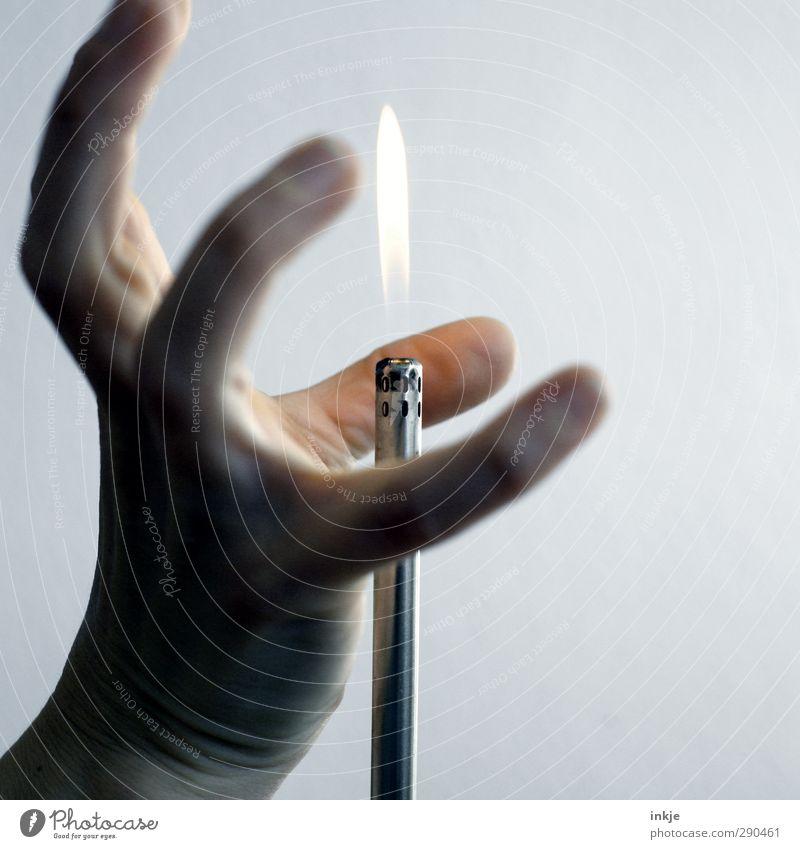 Feuer, heiß, aua Freizeit & Hobby Spielen Leben Hand Feuerzeug Flamme berühren machen bedrohlich Gefühle Stimmung Laster Neugier Hemmung Schüchternheit Übermut