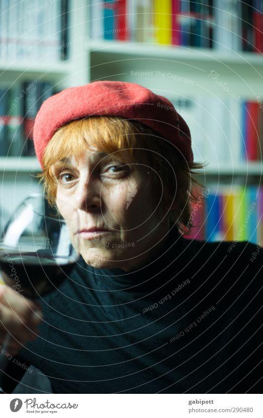 Auf das Leben! Mensch feminin Frau Erwachsene 1 45-60 Jahre rothaarig Mütze Hut trinken Gefühle Senior Erfahrung Leidenschaft träumen Innenaufnahme Nahaufnahme