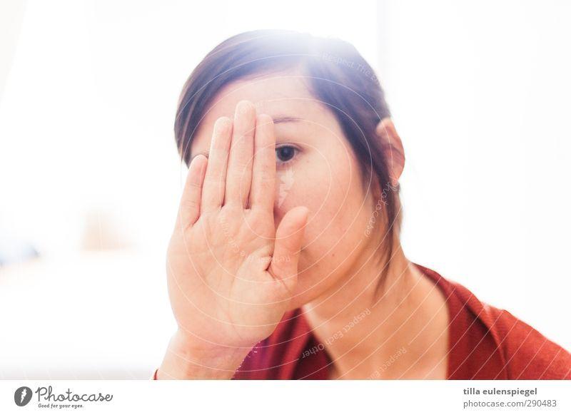 nein. heute bitte keine fotos. feminin Frau Erwachsene 1 Mensch 30-45 Jahre Blick Hemmung verstecken unerkannt bedecken Hand Gesicht Auge Lichteinfall hell weiß