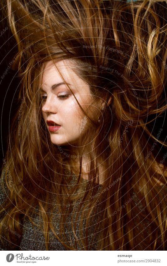 Frisur einer jungen Frau Stil schön Haare & Frisuren feminin Erwachsene 1 Mensch Mode brünett langhaarig Bewegung Coolness trendy Innenaufnahme Studioaufnahme