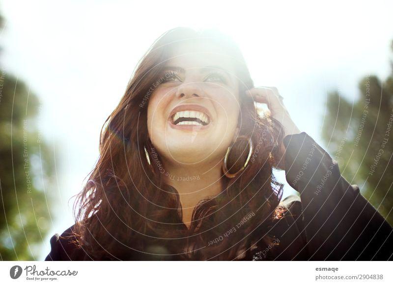 lächelnde richtige Frau Lifestyle Freude Gesundheit Gesundheitswesen Behandlung Alternativmedizin Gesunde Ernährung Medikament Wellness Leben feminin Junge Frau