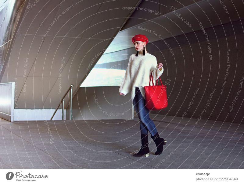 Winterschlussverkauf Lifestyle kaufen Reichtum elegant Stil Freude Feste & Feiern Valentinstag feminin Junge Frau Jugendliche Erwachsene Kleinstadt Stadt Mode