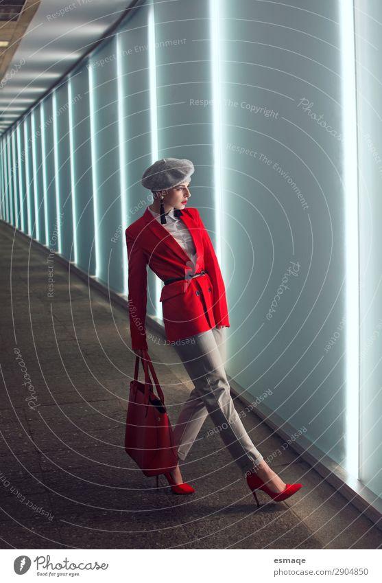 Modeportrait Frau Lifestyle elegant Stil Design schön Mensch Erwachsene Bekleidung Anzug Accessoire Tasche Schuhe Hut Mütze beobachten laufen Coolness trendy