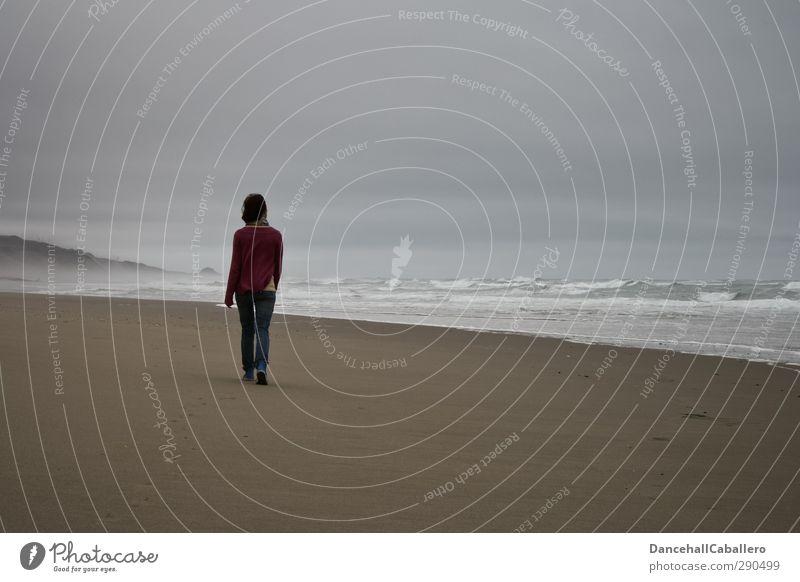 Dein Weg Mensch Frau Jugendliche Ferien & Urlaub & Reisen Meer Einsamkeit Strand Erholung Erwachsene Junge Frau Umwelt Ferne dunkel kalt feminin Tod