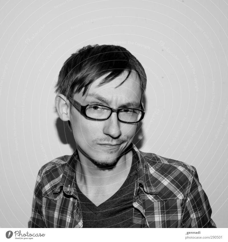 Hää? Mensch Junger Mann Jugendliche Gesicht 1 18-30 Jahre Erwachsene Lächeln Blick Brille trashig Bart alternativ kariert Hemd Schatten hart Schwarzweißfoto