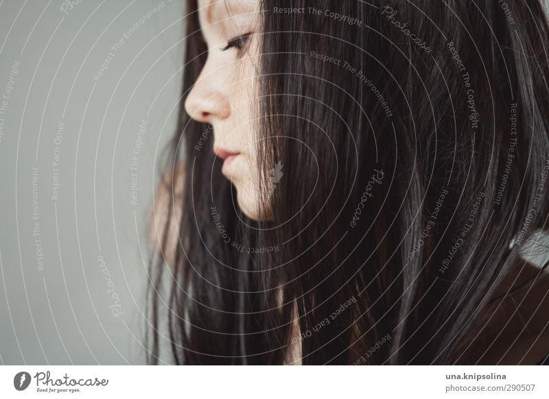 was es ist Frau Erwachsene 1 Mensch 18-30 Jahre Jugendliche brünett langhaarig Denken träumen Traurigkeit natürlich schön Gefühle Leidenschaft ruhig Erschöpfung