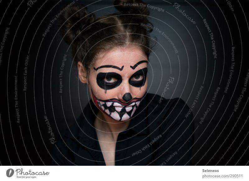 warum hast du so einen großen Mund? Mensch Frau Erwachsene Gesicht Auge dunkel feminin Haare & Frisuren Kopf Angst verrückt Bekleidung bedrohlich Zähne Lippen
