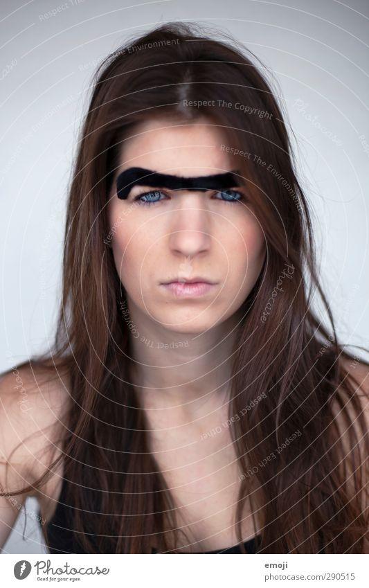 ist was? feminin Junge Frau Jugendliche Kopf 1 Mensch 18-30 Jahre Erwachsene brünett langhaarig Aggression außergewöhnlich Augenbraue Witz spaßig Spaßvogel