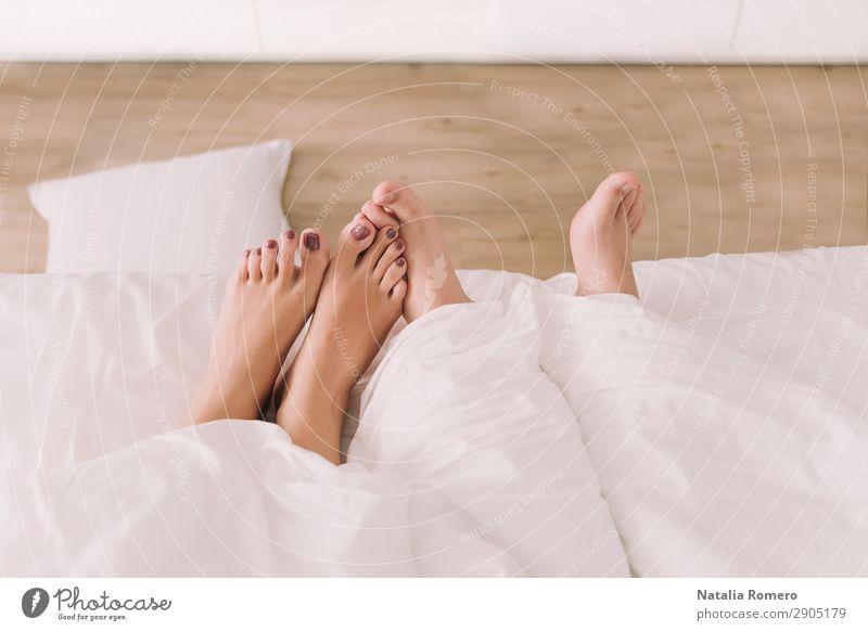 Zwei Paar Füße erscheinen unterhalb des Blattes. Körper Erholung Freizeit & Hobby Schlafzimmer Mensch Freundschaft Finger Fuß Liebe schlafen Sex Erotik
