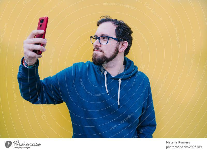 Mensch Jugendliche Mann Farbe schön Hand Lifestyle Erwachsene gelb Glück Mode hell Musik Technik & Technologie Lächeln Mund
