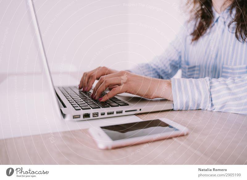 Geschäftsfrau schreibt auf ihrem Laptop Lifestyle Schreibtisch Tisch Arbeit & Erwerbstätigkeit Business Telefon Computer Notebook Technik & Technologie Internet