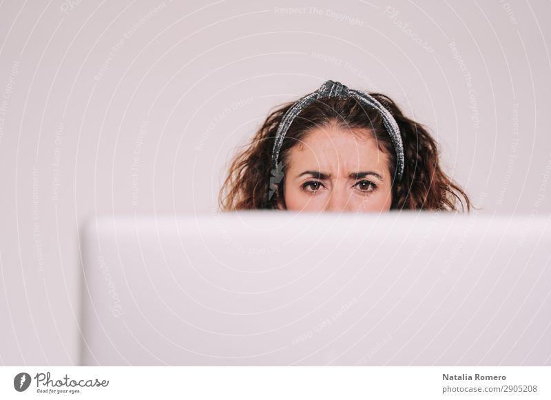 Brünette Frau schaut genau auf ihren Computerbildschirm. Kaffee Lifestyle Glück Schreibtisch Tisch Arbeit & Erwerbstätigkeit Büro Business Telefon Notebook