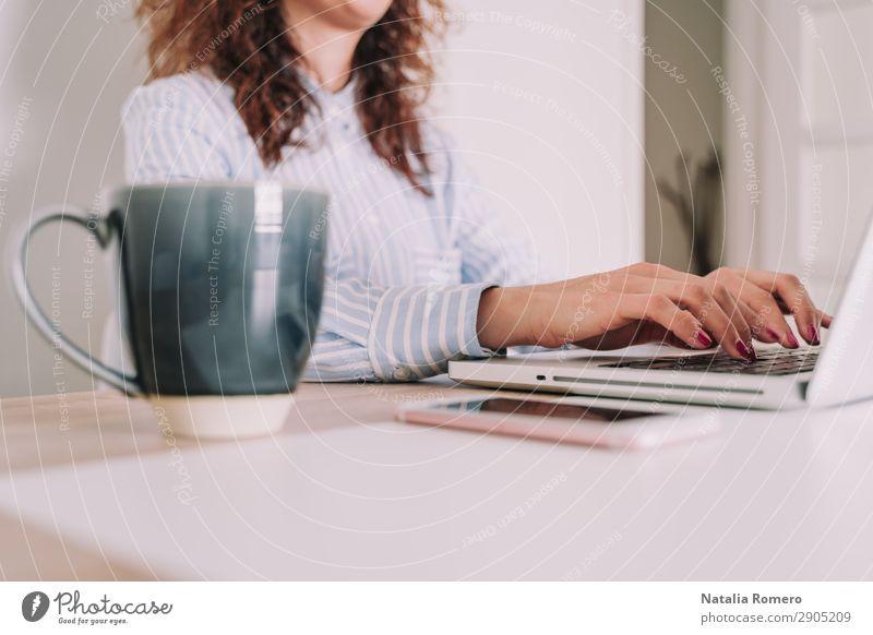Geschäftsfrau schreibt auf ihrem Laptop Kaffee Lifestyle Schreibtisch Tisch Arbeit & Erwerbstätigkeit Business Telefon Computer Notebook Technik & Technologie
