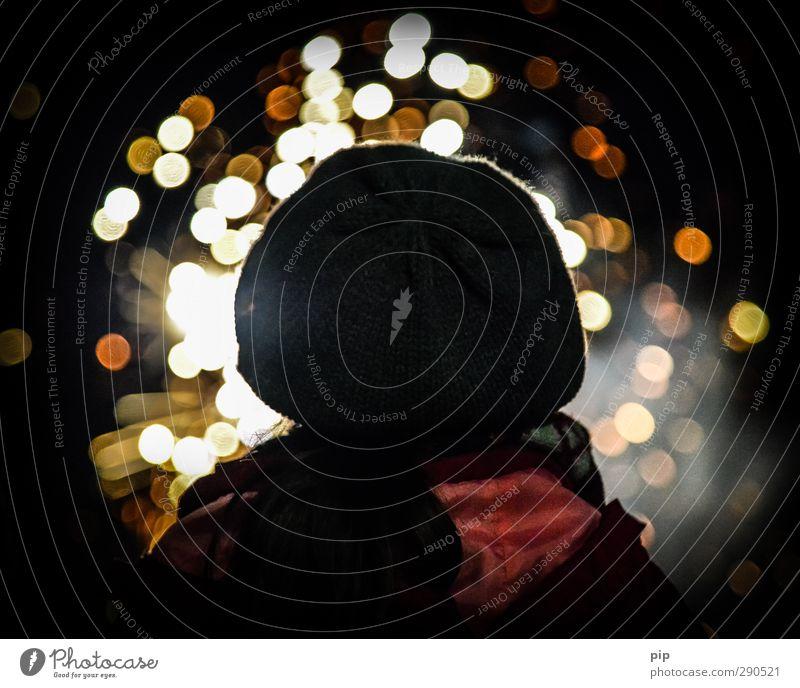 erleuchtung Kopf Rücken 1 Mensch Mütze beobachten Denken Blick dunkel Silvester u. Neujahr Feuerwerk Funken Tradition erleuchten mehrfarbig Lichterscheinung