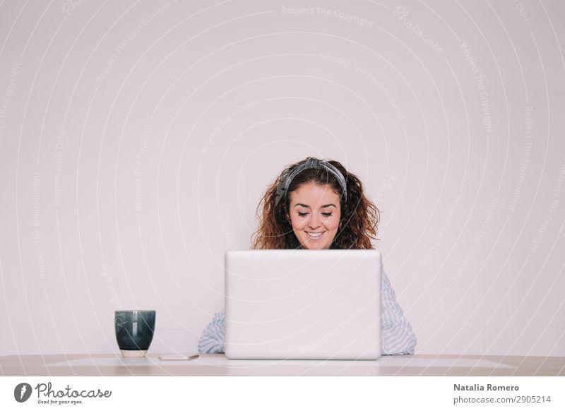 junge Frau schreibt etwas auf ihren Laptop. Kaffee Lifestyle Glück Schreibtisch Tisch Arbeit & Erwerbstätigkeit Büro Business Telefon Computer Notebook