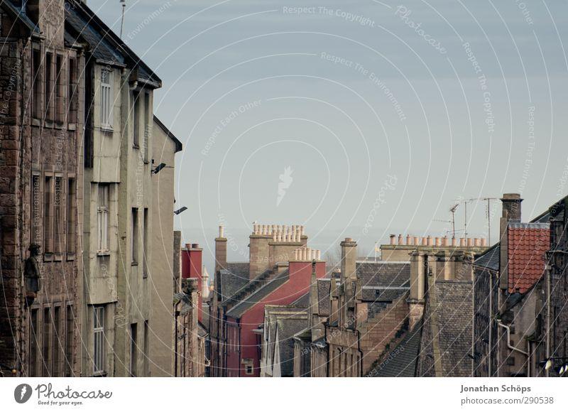 Edinburgh III Schottland Stadt Hauptstadt Hafenstadt Stadtzentrum Altstadt bevölkert Haus Dach Schornstein retro Großbritannien Häuserzeile Straße Berghang