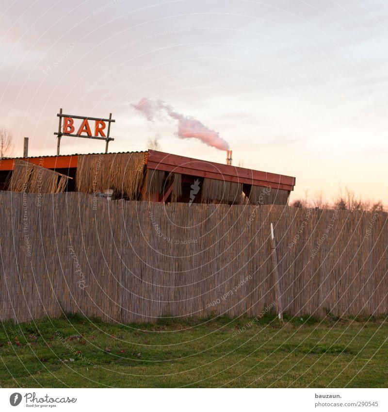 man raucht in der bar. grün Sommer rot Strand Gras Feste & Feiern Schilder & Markierungen Schriftzeichen Getränk Ernährung Zeichen trinken Rauchen Hütte Bar