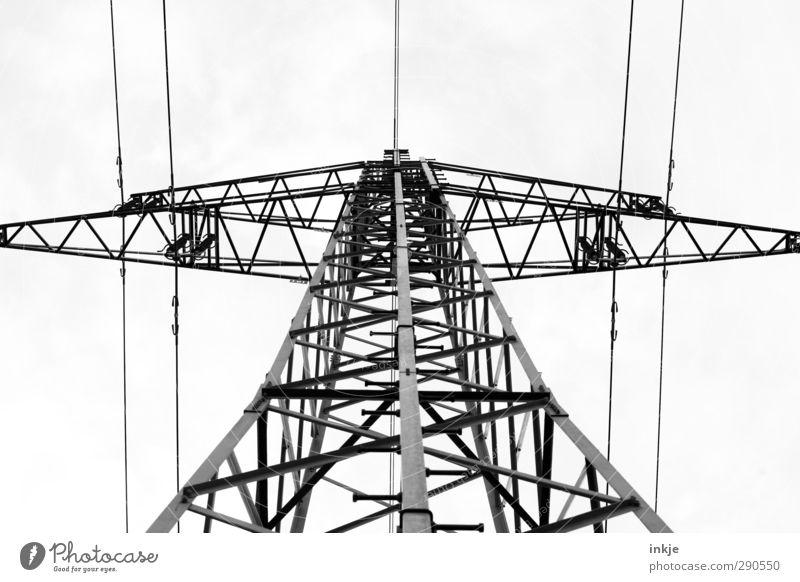 oben Energiewirtschaft Kabel Metall Linie Netzwerk bedrohlich hoch Stromtransport Elektrizität Stromdraht Strebe Schwarzweißfoto Außenaufnahme Menschenleer Tag