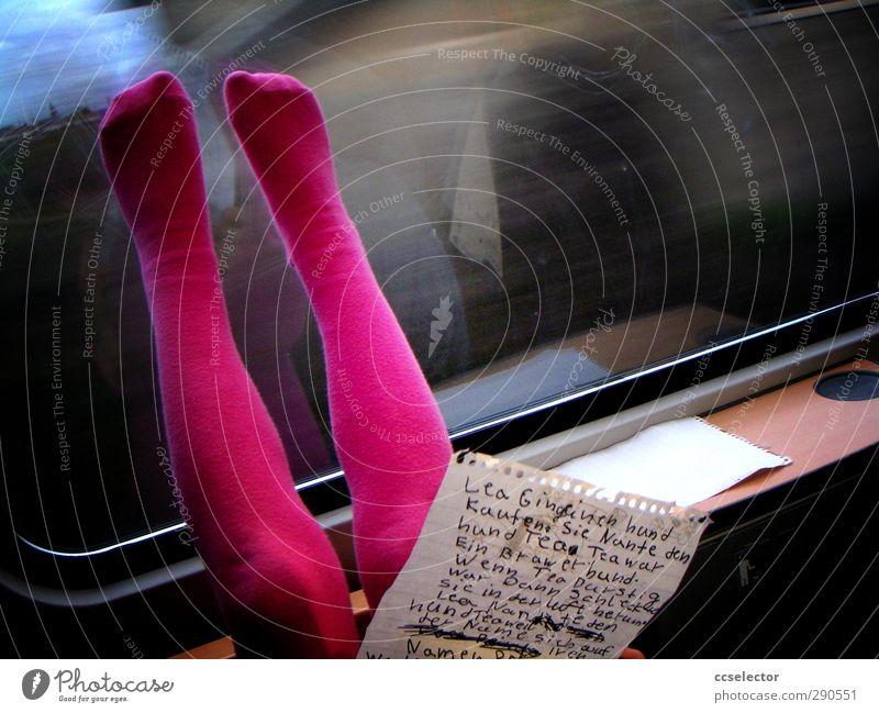 Literatur Kindererziehung lernen Schulkind Mädchen Beine Fuß 1 Mensch 3-8 Jahre Kindheit Printmedien lesen Dorf Schienenverkehr Zugabteil Strümpfe Strumpfhose