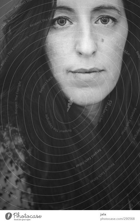 ich hab auf dich gewartet. Mensch feminin Frau Erwachsene 1 30-45 Jahre Haare & Frisuren brünett langhaarig schön Blick intensiv Schwarzweißfoto Innenaufnahme