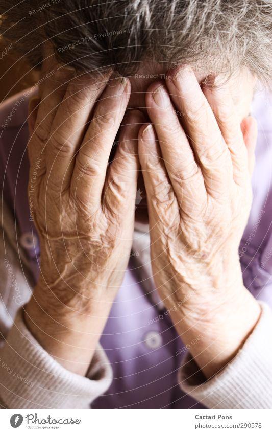 alte und neue Sorgen feminin Weiblicher Senior Frau Großeltern Großmutter Leben 1 Mensch 60 und älter berühren festhalten Traurigkeit weinen Hand verstecken