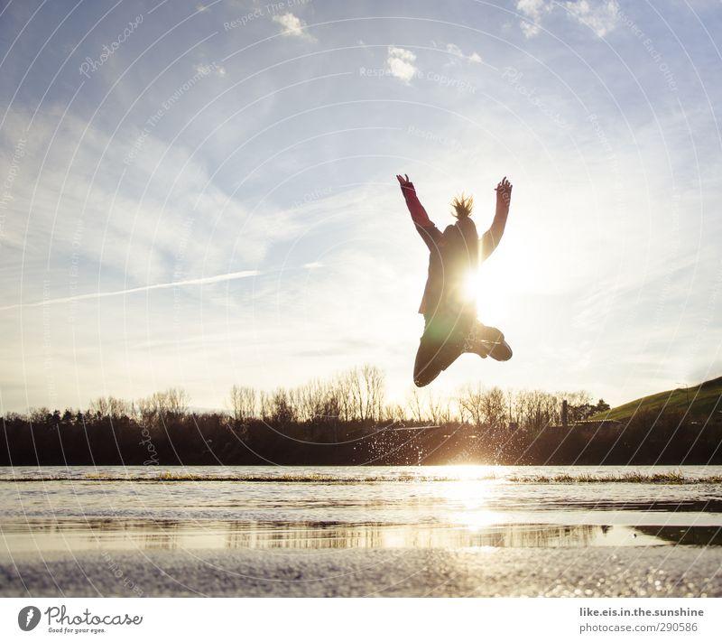 BÄMMM! Mensch Frau Jugendliche Wasser Freude Landschaft Erwachsene Junge Frau Leben Herbst feminin Sport Gefühle Spielen Glück springen