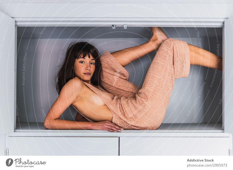 Frau im Schrank liegend im Schlafzimmer lügen Regal Entwurf Bett Jugendliche Wahnsinn Höhe Somnambulismus Bekleidung träumen brünett Innenarchitektur