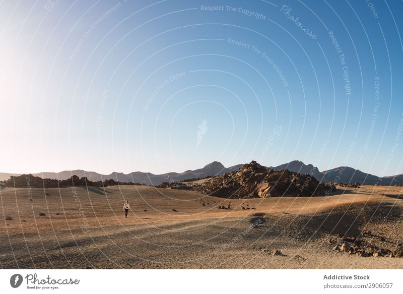 Person zwischen verlassenem Land und blauem Himmel Landen Menschenleer Silhouette Berge u. Gebirge Teide Teneriffa Kanaren Spanien Hügel Sand Himmel (Jenseits)