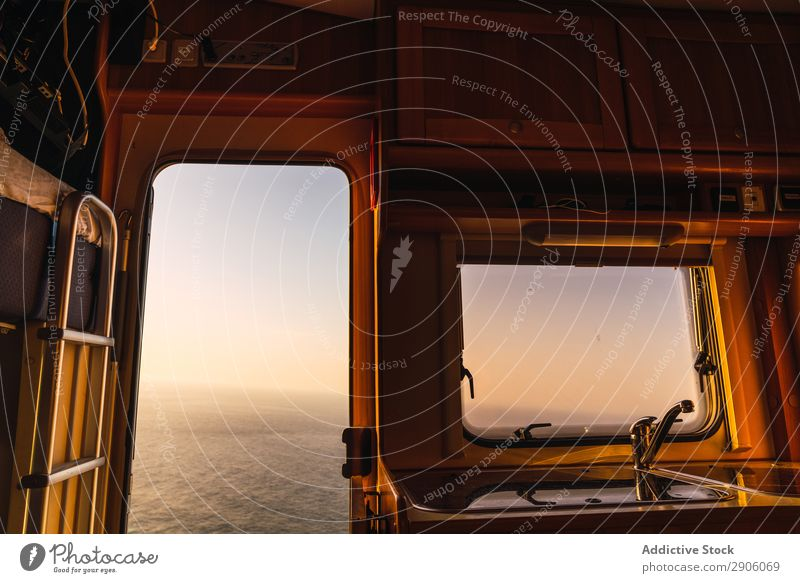 Retro-Wohnmobil und malerischer Blick auf das Meer Sonnenuntergang Berge u. Gebirge Teide Teneriffa Kanaren Spanien retro Aussicht Meereslandschaft erstaunlich