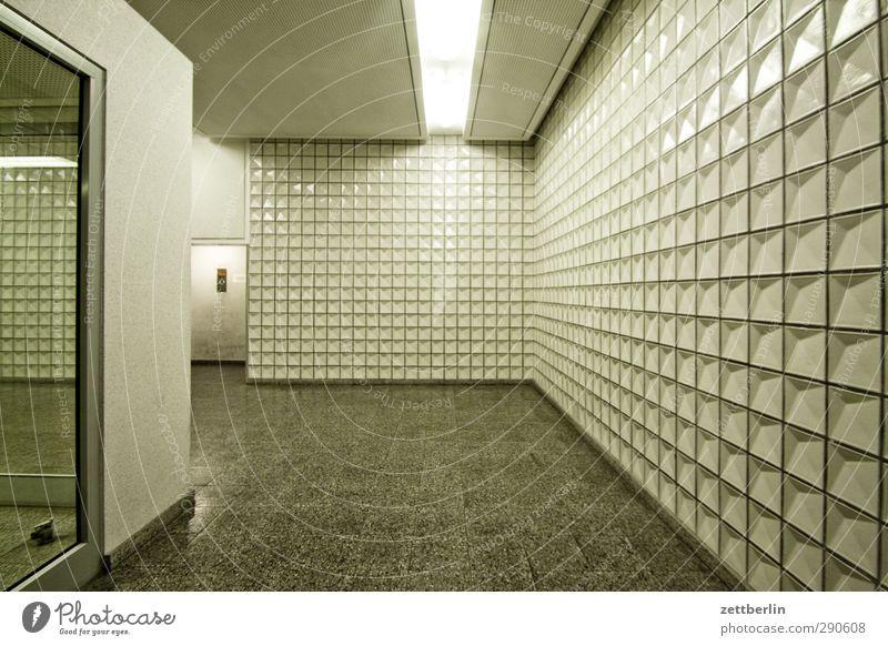 Zentralperspektive Stadt weiß Einsamkeit Haus Wand Architektur Berlin Gebäude Mauer Häusliches Leben Tür Sehnsucht Platzangst Bauwerk Fernweh Fliesen u. Kacheln