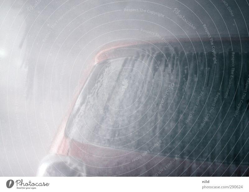 Waschtag waschanlage Verkehr Fahrzeug PKW Schaum grau rot Reinigen Autowäsche Autowaschanlage unterbodenschutz Spießer Heckklappe Heckleuchte Sauberkeit