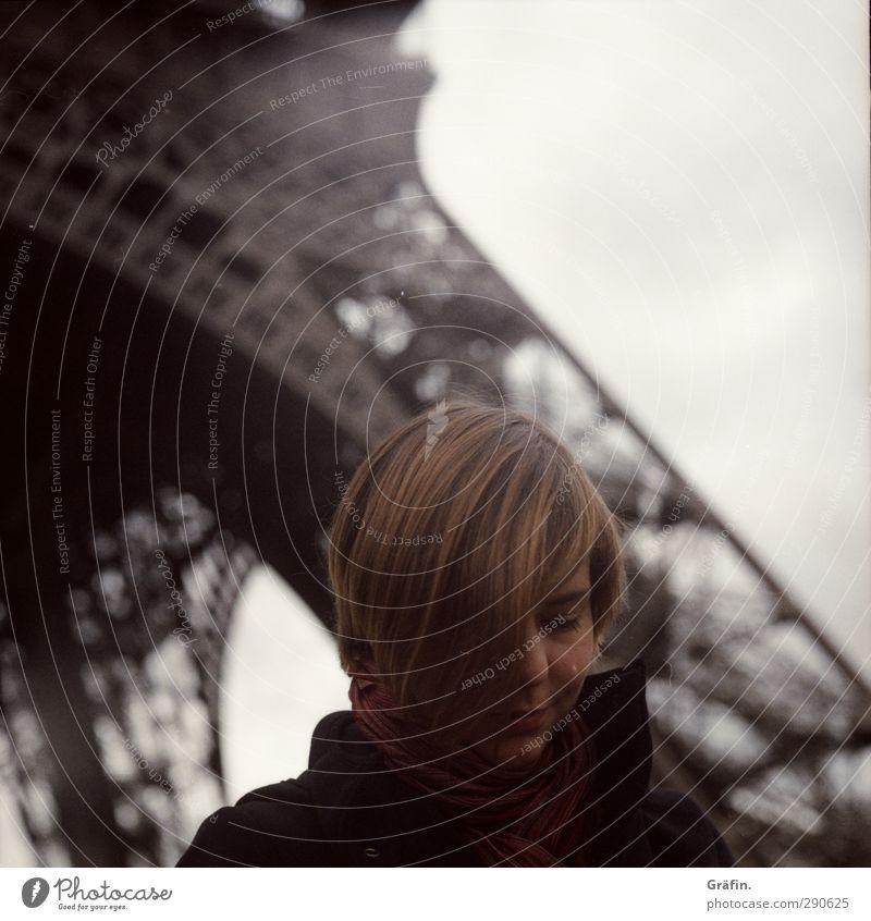 Paris Mensch Frau Jugendliche ruhig Erholung Erwachsene Gesicht Haare & Frisuren 18-30 Jahre Denken träumen Zufriedenheit nachdenklich warten Lächeln Tourismus