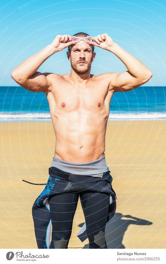 gutaussehender Schwimmer, der eine Brille aufsetzt. attraktiv Strand schwarz Körper Kaukasier Taucher tauchen üben