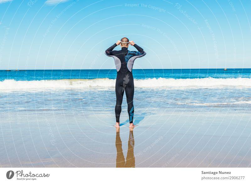 Gutaussehender Schwimmer bereit für den Start ins Schwimmen Rücken Strand Kaukasier Taucher tauchen üben sportlich Fitness Brillenträger Schneebrille