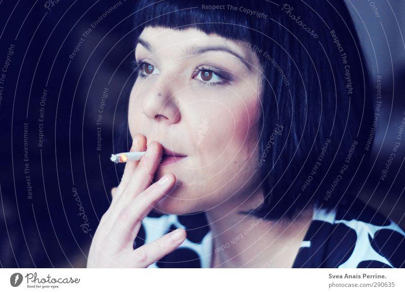 ein atmen. feminin Haare & Frisuren Gesicht Lippen Hand 1 Mensch 30-45 Jahre Erwachsene Mode schwarzhaarig brünett kurzhaarig genießen Rauchen Sehnsucht Pony